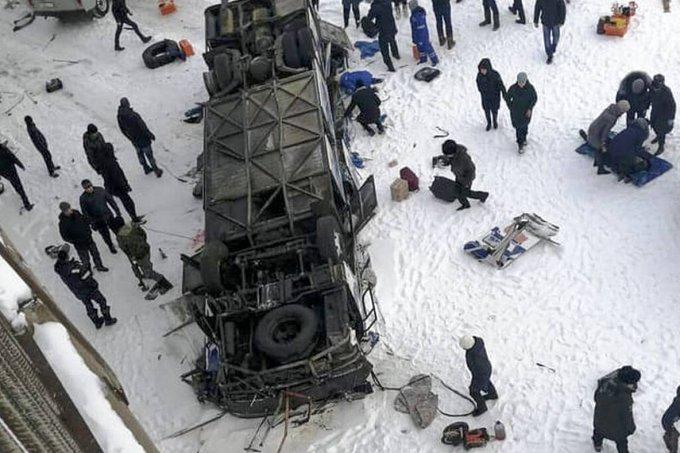 Murieron 19 personas al caer un micro en un río congelado