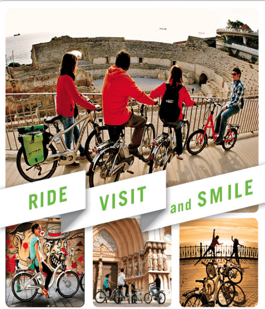 Gent amb bicicleta davant l'amfiteatre