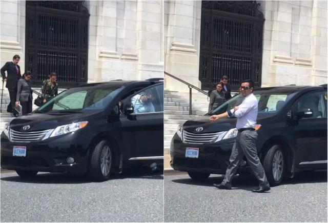 Manuel Zelaya a su salida de la sede de la OEA en Washington al momento de abordar el vehículo placas DLC9100 prestado por Venezuela para su traslado / La Prensa