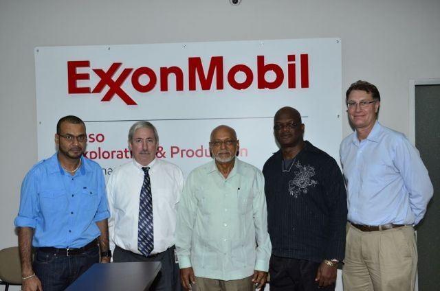 El presidente de Guyana, Donald Ramotar, de visita a las oficinas de ExxonMobil en Georgetown, el 5 de marzo de 2015, en el inicio de la exploración dell boque marítimo Stabroek en aguas de El Esequibo / Gina