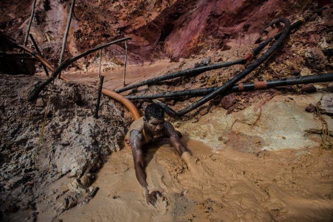 Los pozos llenos de agua de las minas son el caldo de cultivo perfecto para los mosquitos que transmiten la malaria a los mineros. Credit Meridith Kohut para The New York Times