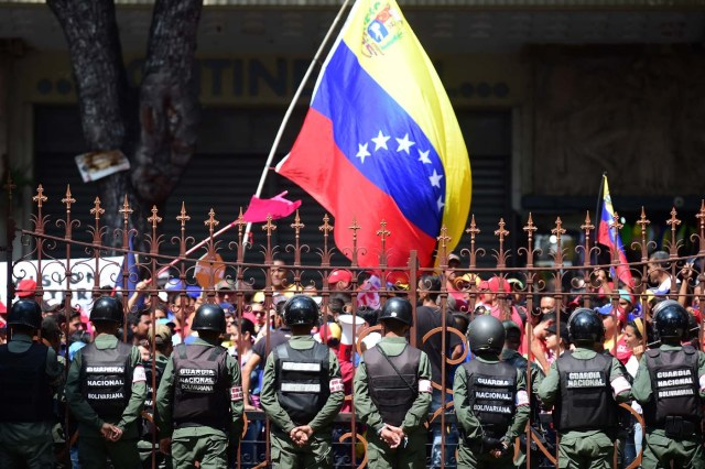 Opponents to Venezuelan government gather before the National Assembly in Caracas on October 27, 2016. Venezuela's opposition ratchets up the pressure on President Nicolas Maduro at mass protests, announcing plans for a general strike, a new march and a legislative onslaught. / AFP PHOTO / RONALDO SCHEMIDT