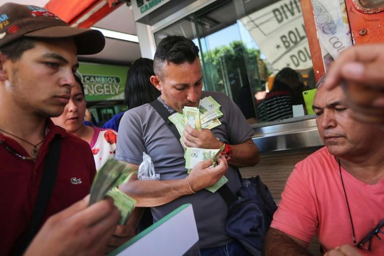 Venezolanos intercambian bolívares por pesos en Cúcuta. PHOTO: GETTY IMAGES