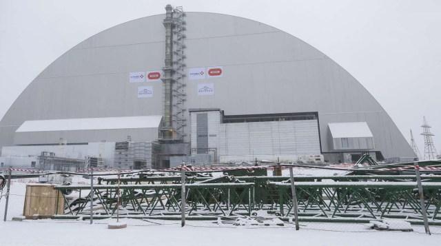 KIV02 CHERNÓBIL (UCRANIA), 29/11/2016.- Vista general del sarcófago protector colocado sobre el cuarto reactor de la central nuclear de Chernóbil, en Ucrania, hoy, 29 de noviembre de 2016. El cuarto reactor de Chernóbil, escenario de la mayor catástrofe atómica de la historia en 1986, fur por un gigantesco sarcófago que garantizará su seguridad durante los próximos cien años. EFE/SERGEY DOLZHENKO