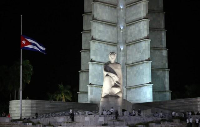 HAB29 LA HABANA (CUBA) 29/11/16.- Miles de personas asisten hoy, martes 29 de noviembre de 2016, al acto celebrado para despedir al fallecido líder cubano Fidel Castro, en la Plaza de la Revolución de La Habana (Cuba). Al acto también asisten mandatarios y personalidades de varios países. EFE/ALEJANDRO ERNESTO