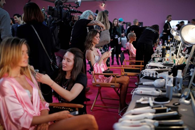 Models get ready backstage before the Victoria's Secret Fashion Show at the Grand Palais in Paris, France, November 30, 2016. REUTERS/Benoit TessierFOR EDITORIAL USE ONLY. NOT FOR SALE FOR MARKETING OR ADVERTISING CAMPAIGNS