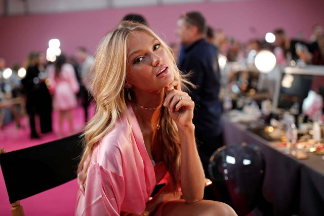 Model Romee Strijd  gets ready backstage before the Victoria's Secret Fashion Show at the Grand Palais in Paris, France, November 30, 2016. REUTERS/Benoit TessierFOR EDITORIAL USE ONLY. NOT FOR SALE FOR MARKETING OR ADVERTISING CAMPAIGNS