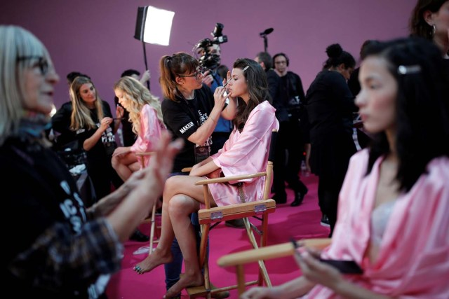 Models get ready backstage before the Victoria's Secret Fashion Show at the Grand Palais in Paris, France, November 30, 2016. REUTERS/Benoit Tessier FOR EDITORIAL USE ONLY. NOT FOR SALE FOR MARKETING OR ADVERTISING CAMPAIGNS