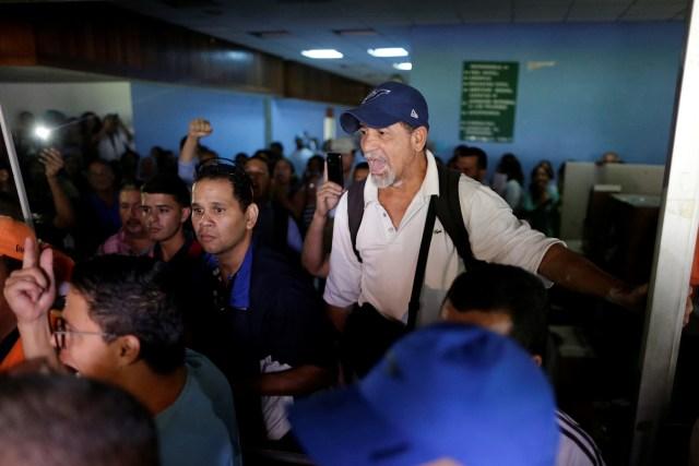 A hospital employee shouts a slogan against Lilian Tintori, wife of jailed Venezuelan opposition leader Leopoldo Lopez, during a gathering to donate supplies at the Jose Gregorio Hernandez Hospital in Caracas, Venezuela November 30, 2016. REUTERS/Ueslei Marcelino