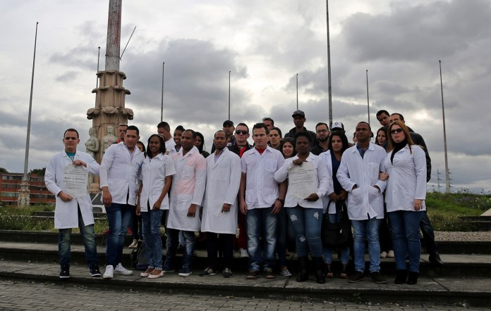 BOG204. BOGOTÁ (COLOMBIA), 17/04/2017. Fotografía del 16 de abril de 2017, de un grupo de médicos cubanos reunidos en la Plaza de Banderas al sur de Bogotá (Colombia). Alrededor de 180 cubanos, que formaban parte de las misiones médicas que ese país tiene en Venezuela, aguardan en la capital colombiana adonde llegaron tras desertar en el vecino país con la esperanza de que EE.UU. les conceda una visa. EFE/LEONARDO MUÑOZ