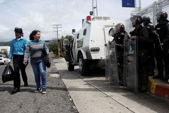 Tanquetas de la GNB. Foto: Archivo REUTERS/Carlos Eduardo Ramirez