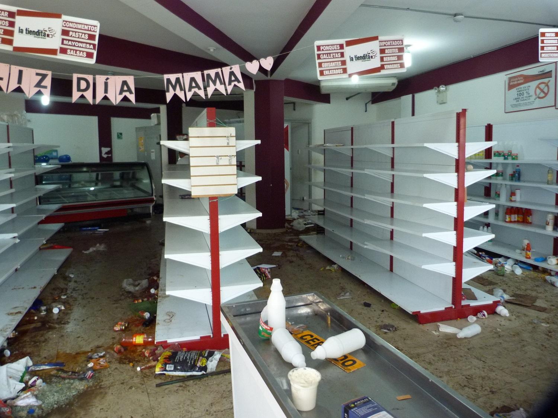 CAR15. BARINAS (VENEZUELA), 24/05/2017 - Fotografía del 23 de mayo del 2017, donde se observa uno de los locales comerciales que fueron saqueados en la ciudad de Barinas (Venezuela). Al menos tres muertos, ocho heridos y varios comercios saqueados dejaron las protestas que degeneraron en violencia en Barinas, el estado natal del fallecido presidente venezolano Hugo Chávez, en el oeste del país, informaron autoridades y dirigentes de la oposición. EFE/ALFONSO ÁLVAREZ