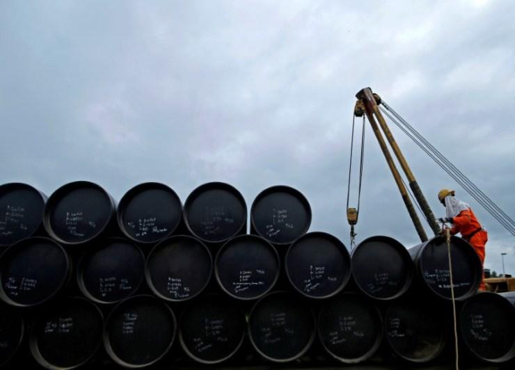 En la imagen, un proyecto petrolífero en Pengerang, Johor, en una fotografía de archivo de 2015. Los productores de petróleo dentro y fuera de la OPEP comenzaron el jueves en Viena unas negociaciones para extender los recortes a la producción, probablemente en nueve meses, en un esfuerzo por reducir el exceso de oferta global y apuntalar los precios del crudo. REUTERS/Edgar Su/File Photo