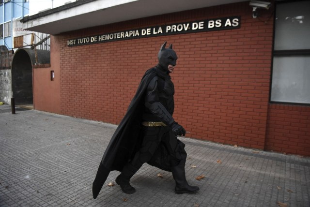 Argentine Batman, arrives at the 'Sor Maria Ludovica' children's Hospital in La Plata, 60 kilometres south of Buenos Aires, on June 2, 2017.  The Argentine Batman has made La Plata children's hospital a target of laughter and treats against pain. / AFP PHOTO / Eitan ABRAMOVICH / TO GO WITH AFP STORY BY PAULA BUSTAMANTE MORE PICTURES IN AFPFORUM