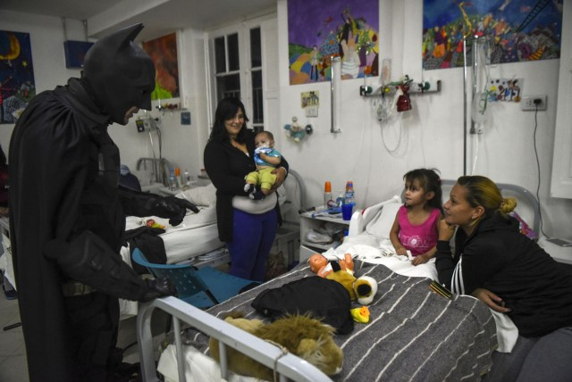 Argentine Batman cheers up hospitalized children at the 'Sor Maria Ludovica' children's Hospital in La Plata, 60 kilometres south of Buenos Aires, on June 2, 2017.  The Argentine Batman has made La Plata children's hospital a target of laughter and treats against pain. / AFP PHOTO / Eitan ABRAMOVICH