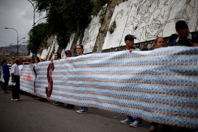 Esto es UN dólar en billetes de Bs. 2. REUTERS/Ivan Alvarado