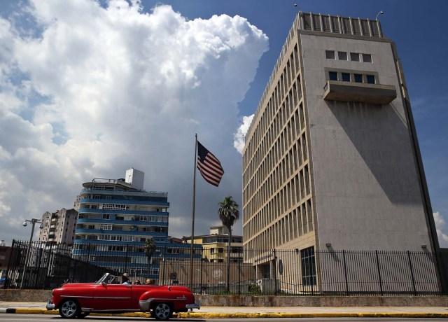 embajada estadounidense hoy, viernes 16 de junio de 2017, en La Habana (Cuba). Cuba está atenta hoy a la transmisión de los principales medios de comunicación de la isla, todos estatales, del minuto a minuto por internet del acto en Miami (EE.UU.), en el que está previsto que el presidente de Estados Unidos, Donald Trump, anuncie cambios en la política de acercamiento a Cuba impulsada por su antecesor, Barack Obama. EFE/Alejandro Ernesto