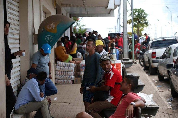 Un grupo de venezolanos en la ciudad de Pacaraima, una empobrecida y pequeña ciudad del norte de Brasil, que se ha convertido en uno de las últimos horizontes en que los venezolanos consiguen la comida y los productos básicos que escasean en su país (Foto EFE / Marcelo Sayão