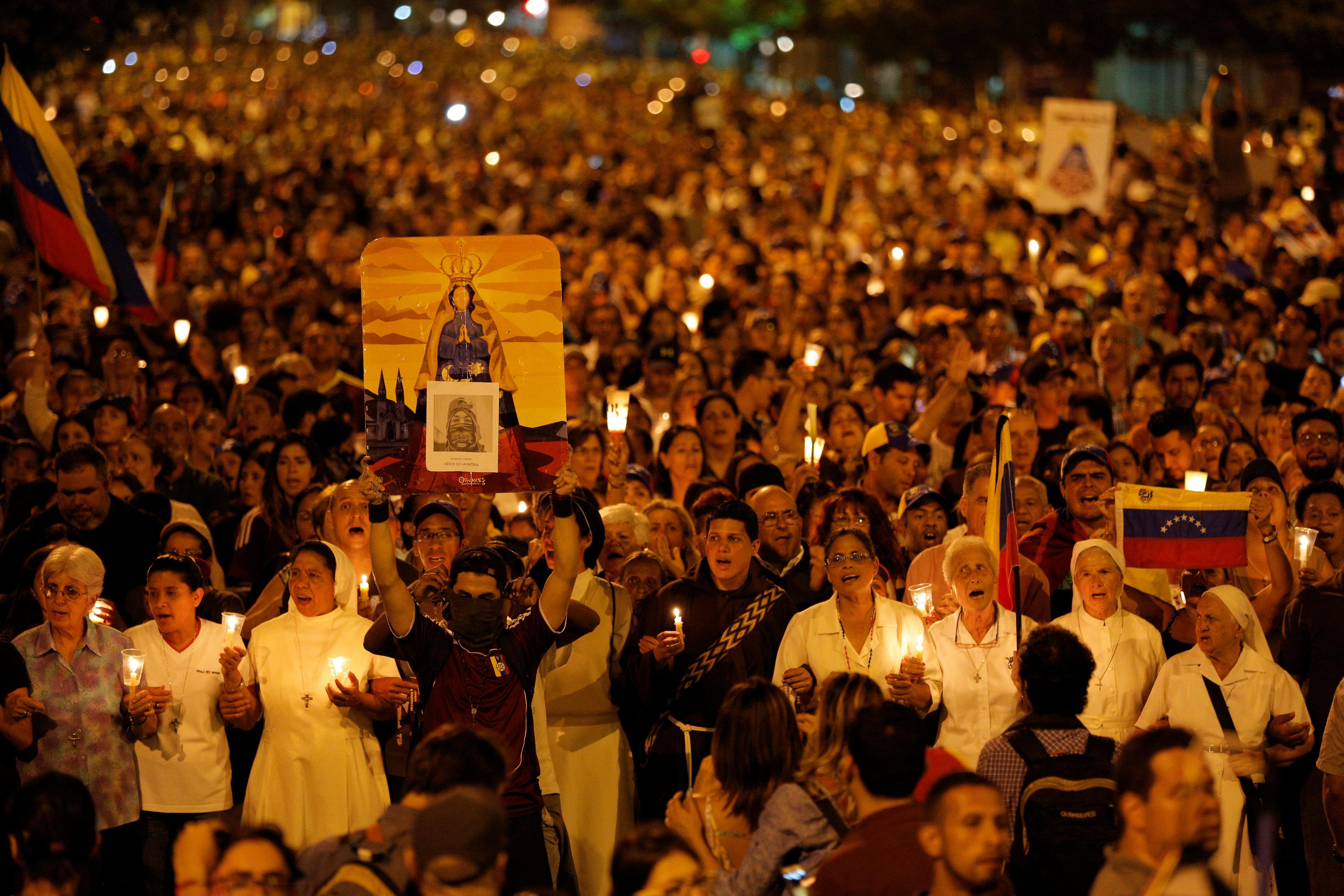 Opositores realizaron una vigilia en honor a Neomar Lander. REUTERS/Ivan Alvarado