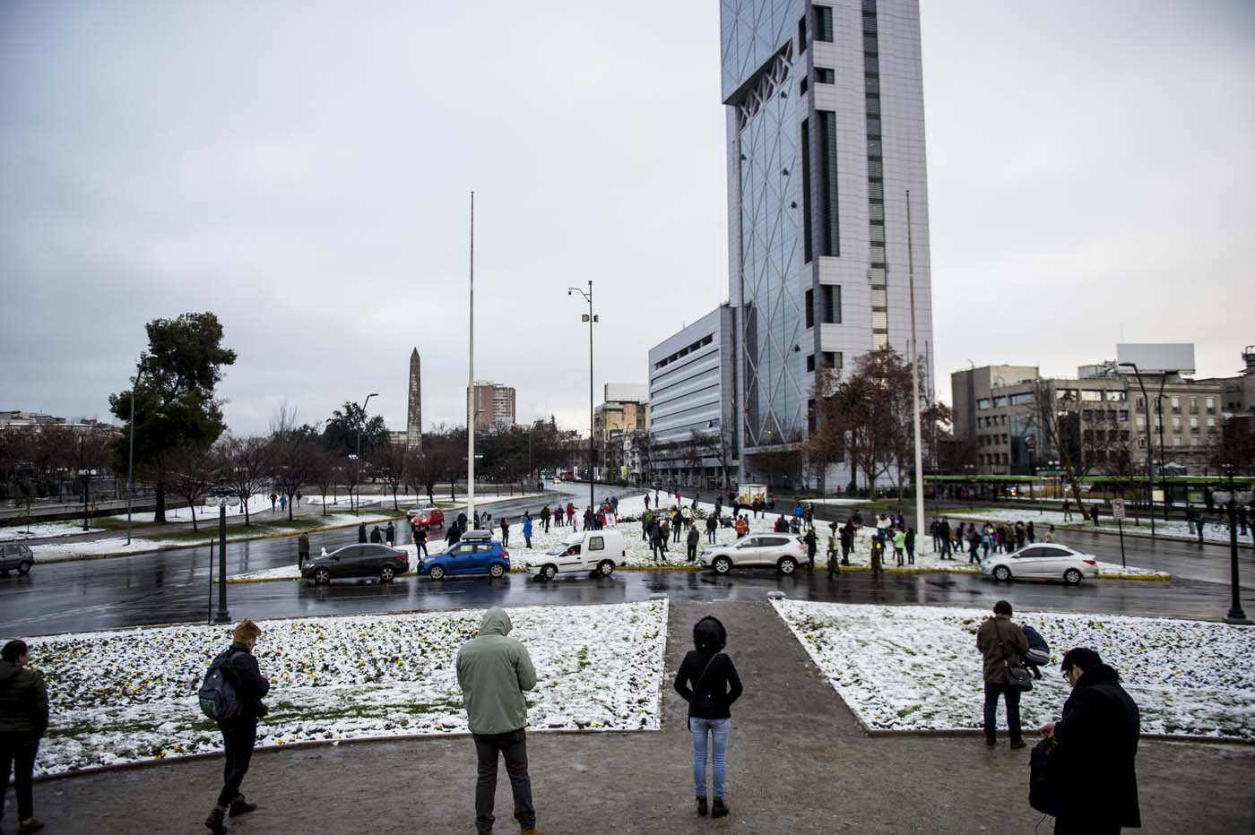 View of Santiago covered with snow on July 15, 2017.  An unusual snowfall --the first of such intensity since 2007-- surprised the inhabitants of the Chilean capital, causing a few power cuts and minor traffic jams, in particular in the eastern areas of the capital, the closest to the Andes mountain range. / AFP PHOTO / MARTIN BERNETTI