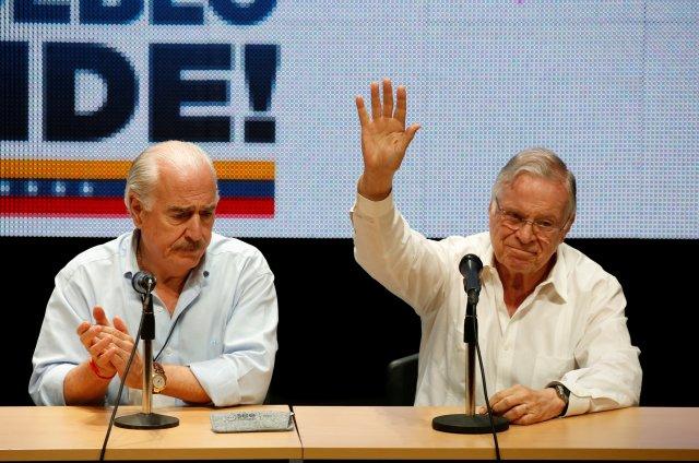 Miguel Ángel Rodríguez, Expdte. Costa Rica acompañado de Andrés Pastrana, exmandatario colombiano(izq). REUTERS/Carlos Garcia Rawlins