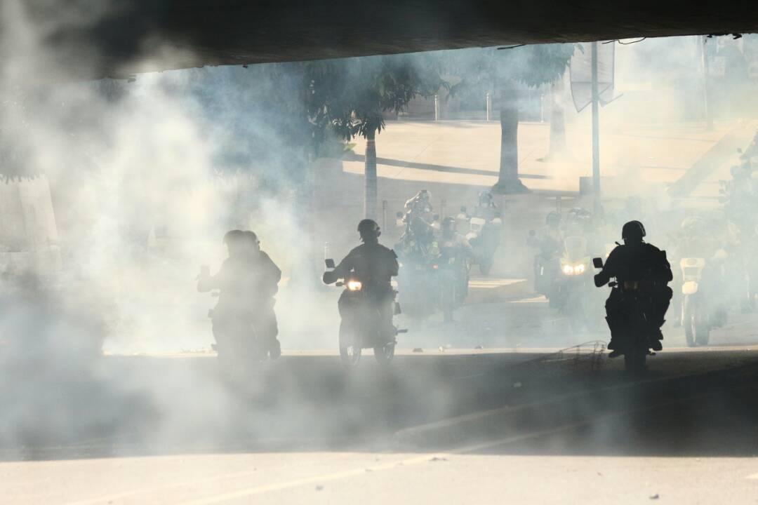 Reprimen a manifestantes a la altura de El Rosal. Foto: Will Jiménez