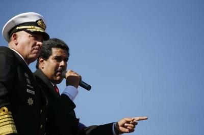 Foto de archivo- El presidente Nicolás Maduro parado al lado del entonces ministro de la Defensa, Diego Molero (izquierda), y actual embajador de Venezuela en Perú, mientras habla a miles de seguidores del fallecido presidente Hugo Chávez en Caracas. 7 de marzo de 2013. REUTERS/Jorge Silva