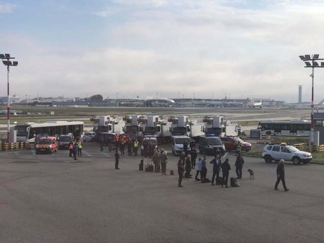 A view of an evacuation of a British Airways airplane at Charles de Gaulle airport in Paris, France, September 17, 2017 in this picture obtained from social media. Twitter/James Anderson/via REUTERS THIS IMAGE HAS BEEN SUPPLIED BY A THIRD PARTY. MANDATORY CREDIT. MUST ON SCREEN COURTESY TWITTER/@JSA. NO RESALES. NO ARCHIVES