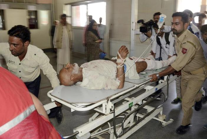 Un herido por un ataque con granadas es transportado para recibir tratamiento médico a un hospital en Srinagar, la capital estival de la Cachemira india (India), hoy 21 de septiembre de 2017. Tres civiles murieron y otros 13 resultaron heridos, incluídos soldados paramilitares indios, en un ataque con granadas en la ciudad de Tral, al sur del distrito cachemiro de Pulwama. EFE