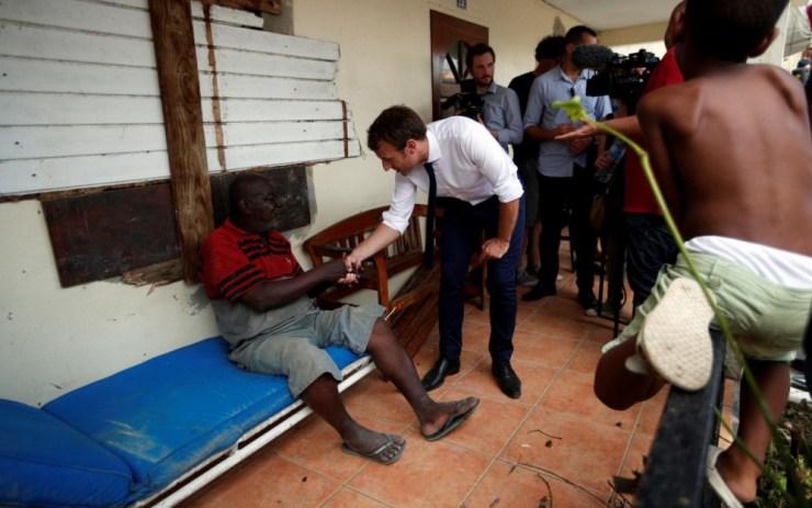 Macron visita a un damnificado por el huracán Irma en la isla de San Martín el 12 de septiembre de 2017 / foto Reuters