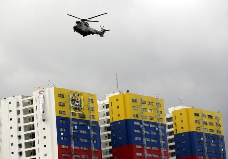 Imagen de archivo de un helicóptero de la Fuerza Aérea volando sobre unos edificios pintados con los colores de la bandera de Venezuela, en la conmemoración del Día de la Independencia en Caracas, jul 5, 2015. REUTERS/Jorge Dan Lopez