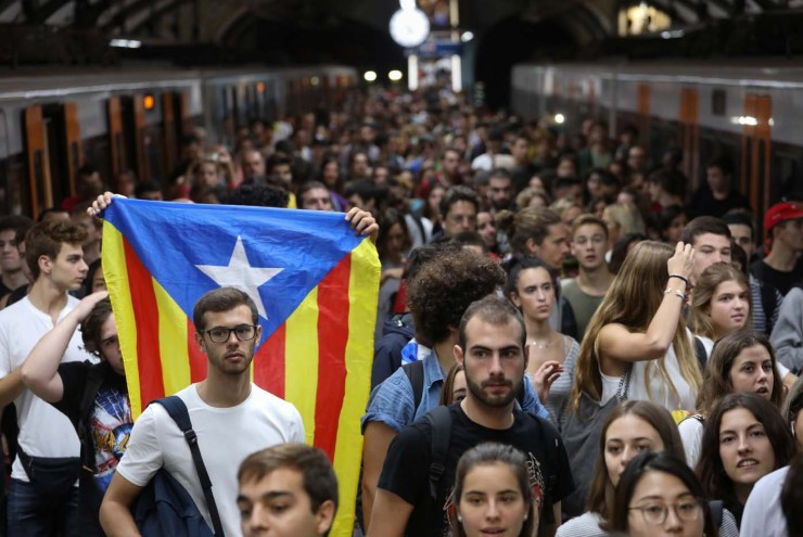 An Estelada (Catalan separatist flag) is seen as people arrive at Plaza Catalunya station during a partial regional strike called by pro-independence parties and unions in Barcelona, Spain, October 3, 2017. REUTERS/Susana Vera