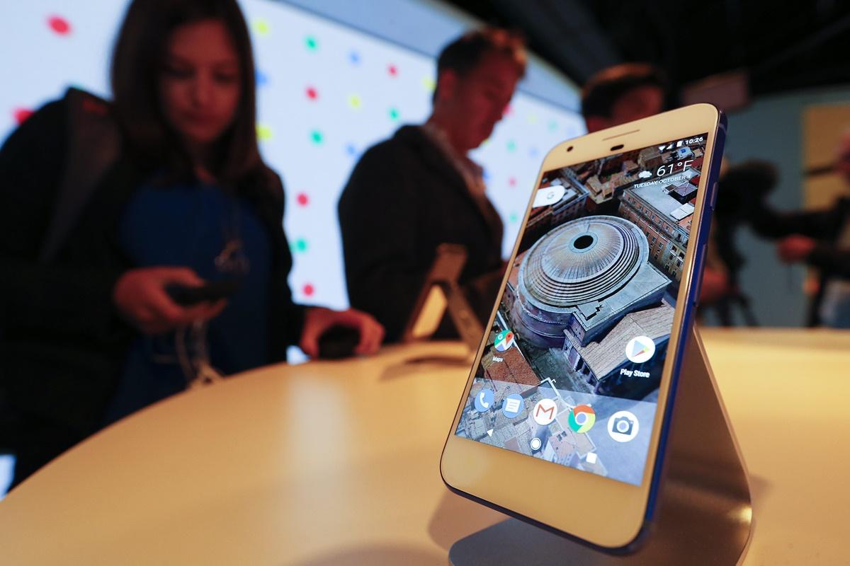 CAL01. CALIFORNIA (ESTADOS UNIDOS), 04/10/2016.- Asistentes observan el nuevo Google Pixel Phone en su lanzamiento en un evento de Google hoy, martes 4 de octubre 2016, en San Francisco, California (Estados Unidos). EFE/JOHN G MABANGLO