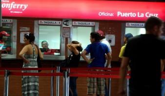 Usuarios frecuentan el terminal de ferrys. Foto: D. Olivares