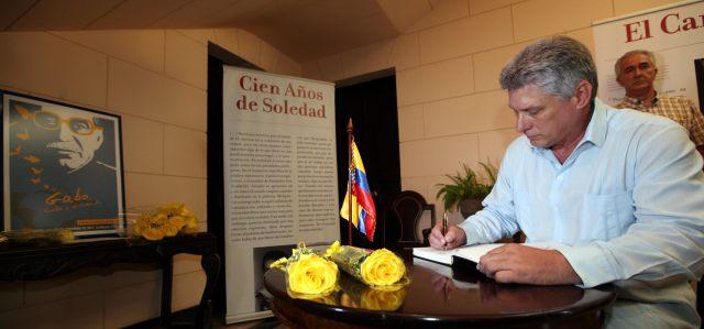 El primer vicepresidente cubano, Miguel Díaz-Canel Bermúdez, firma hoy, viernes 25 de abril de 2014, el libro de condolencias abierto por la muerte del premio Nobel de Literatura Gabriel García Márquez, en la Embajada de Colombia en La Habana (Cuba)