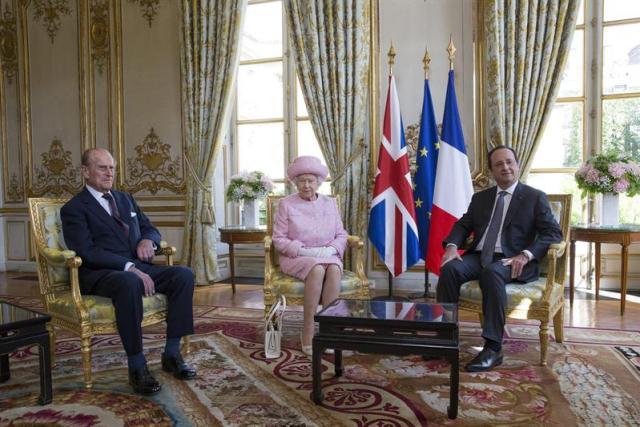 El presidente de Francia, François Hollande (d), recibe a la reina Isabel II de Inglaterra (c), y al príncipe Felipe, duque de Edimburgo (i), en el Elíseo para comenzar su visita de tres días a Francia en París, Francia, hoy, jueves, 5 de junio del 2014. Isabel II visita Francia para asistir a las conmemoraciones por los 70 años del desembarco aliado de Normandía en la II Guerra Mundial. EFE/Yoan Valat