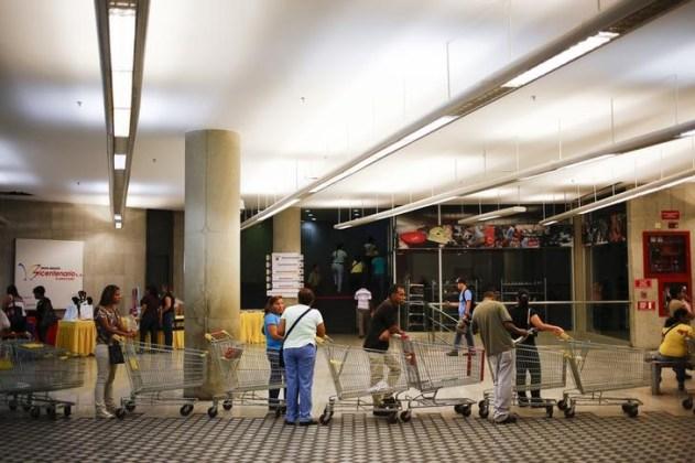 Unas personas realizan una cola para comprar en un supermercado estatal Bicentenario en Caracas