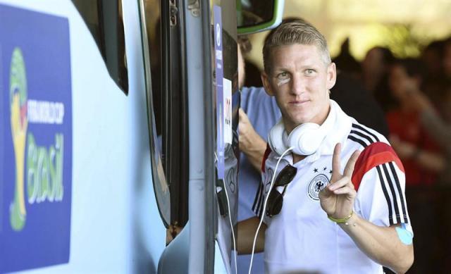El centrocampista de la selección alemana de fútbol, Bastian Schweinsteiger, sale del hotel hacia el aeropuerto de Río de Janeiro. Foto EFE
