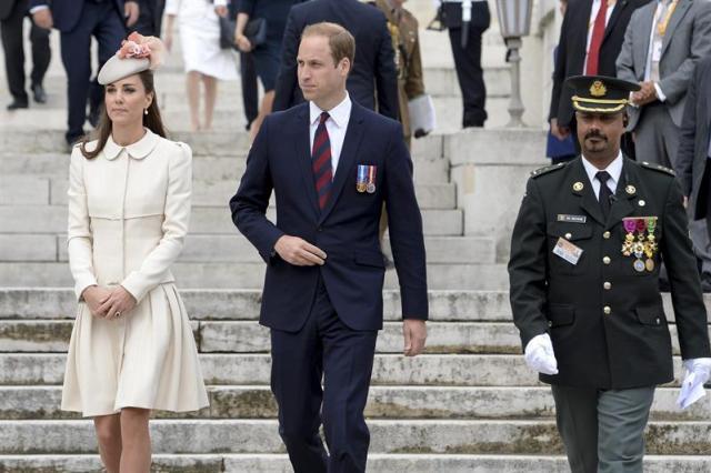 Los reyes de Bélgica  junto a los duques de Cambridge, Catalina y el Guillermo, a su llegada a la Abadía de San Lorenzo, en la que se celebró una ceremonia con motivo del centenario del inicio de la Primera Guerra Mundial en Lieja. EFE