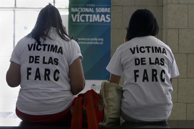 Dos jóvenes participan en el Foro Nacional sobre víctimas, en la ciudad de Cali (Colombia). EFE