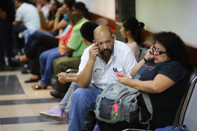 Numerosos pacientes esperan su turno en la sala de emergencias del Centro Médico de Caracas (AP)
