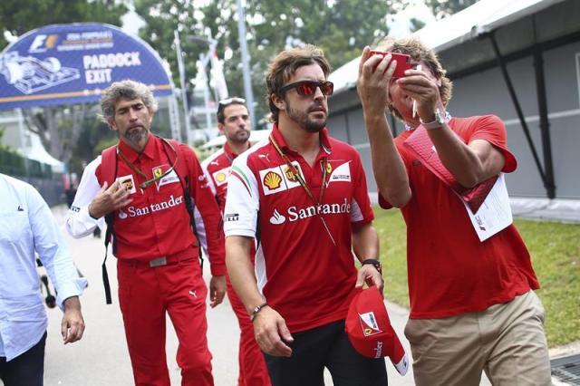 El piloto español de la escudería Ferrari de Fórmula Uno, Fernando Alonso, posa para una foto a su llegada al circuito de Marina Bay, Singapur. EFE