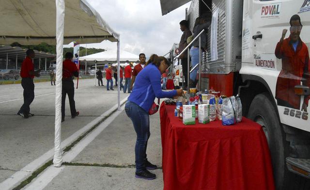 Puestos para la adquisición de alimentos en Fuerte Tiuna. Foto Bloomberg