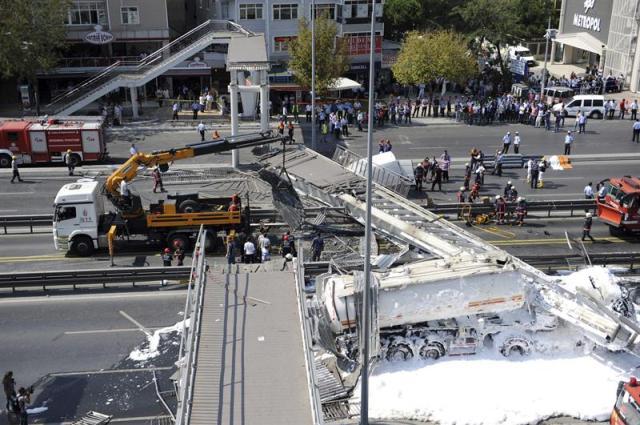 Miembros de los servicios de rescate trabajan en el lugar del derrumbamiento de un puente peatonal tras ser golpeado por un camión cisterna en una autovía principal de Estambul (Turquía), hoy, miércoles 3 de septiembre de 2014. Según medios locales, dos personas murieron y otras resultaron heridas en el incidente. EFE/Str