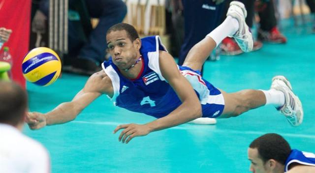 El cubano Javier Ernest Jiménez Scull golpea la bola durante el partido del grupo B del Campeonato del mundo masculino de voleibol disputado entre Cuba y Alemania, en Katowice (Polonia), hoy, miércoles 3 de septiembre de 2014. EFE/Andrzej Grygiel