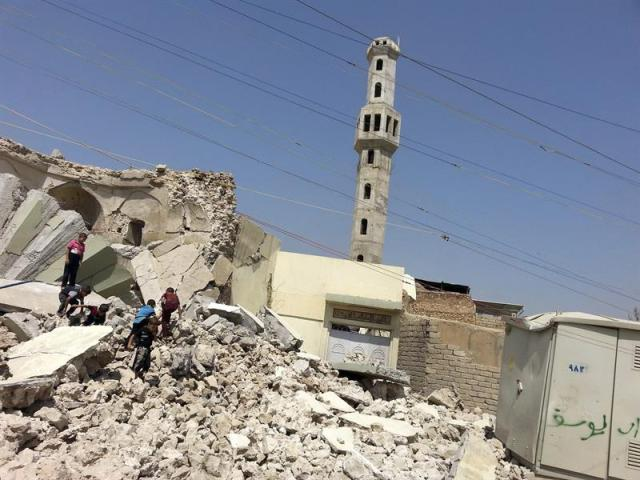 Niños iraquíes caminan entre los escombros del sepulcro del clérigo Sufi en Mosul, norte de Irak, el 3 de septiembre del 2014. La aviación militar intensificó hoy sus bombardeos en Irak sobre las posiciones del Estado Islámico (EI) en la ciudad de Mosul, la segunda mayor de Irak, para tratar de arrebatarla a los yihadistas, que la controlan desde el pasado 10 de junio. EFE/Str
