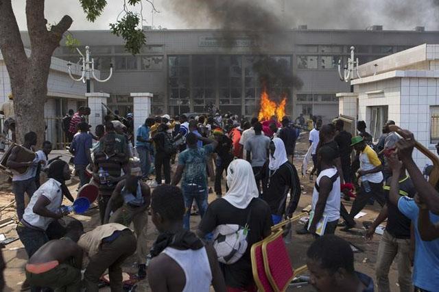 Manifestantes prenden fuego al edificio del parlamento en Ouagadougou