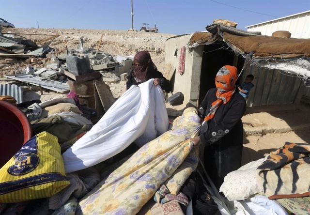 Palestinas beduinas recuperan sus pertenencias después de que el ejército israelí en el desierto de Negev en Khasim cerca de Hebrón (Palestina) hoy, miércoles 29 de octubre de 2014. EFE/Abed Al Hashlamoun