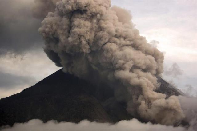 Una columna de humo emana del volcán Sinabung visto desde Tiga Pancur en Karo (Indonesia) hoy, miércoles 29 de octubre de 2014. EFE/Dedi Sahputra