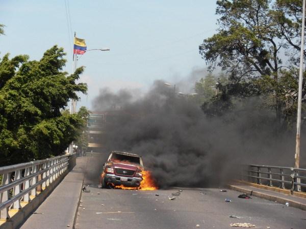Cuatro carros y tres motocicletas fueron quemados durante la protesta. (Foto/José Gregorio Hernández)